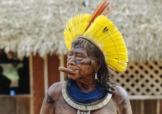 Raoni, cacique da etnia caiapó, usando um botoque de 10 cm durante uma reunião de líderes indígenas no Mato Grosso  (Foto: © Haroldo Castro/ÉPOCA)