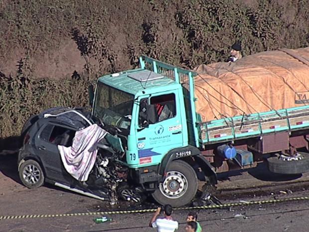 Batida entre carro e carreta deixou cinco mortos (Foto: Reprodução/TV Globo)
