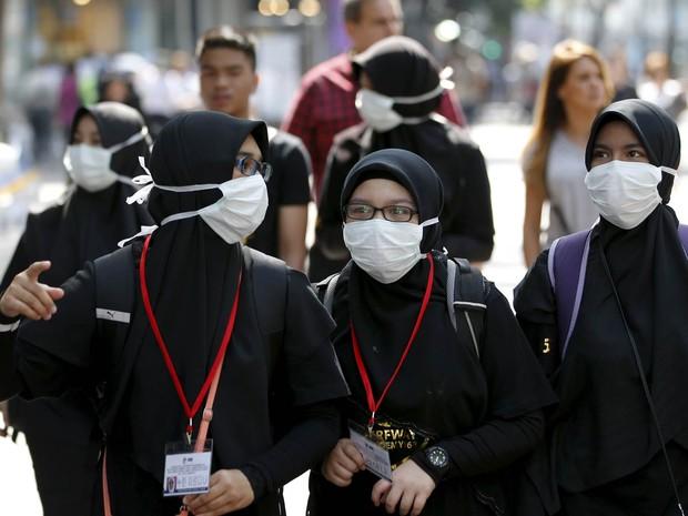 Turistas usam máscaras como prevenção contra a Síndrome Respiratória do Oriente Médio (Mers, na sigla em inglês) durante passeio no distrito de compras Myeongdong, no centro de Seul, Coreia do Sul (Foto: Kim Hong-ji/Reuters)