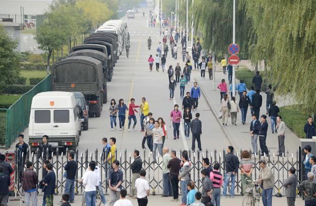 Funcionários da Foxconn na China ficam fora da fábrica após confusão (Foto: Reuters)