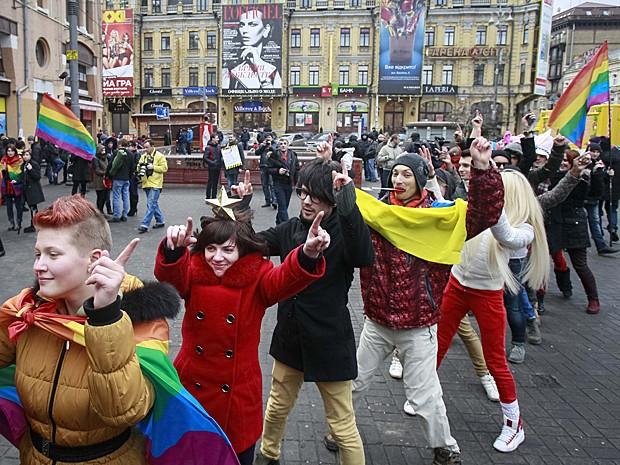 Ativistas dos direitos dos homossexuais fazem manifestação no centro de Kiev, na Ucrânia, neste sábado (11) (Foto: Gleb Garanich/Reuters)