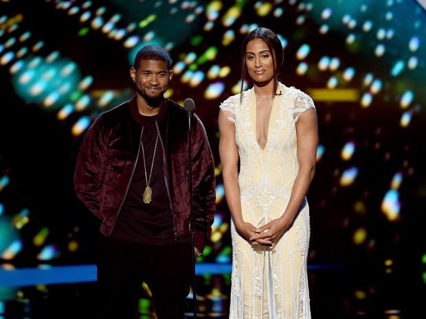 Cantor Usher e jogadora de basquete Skylar Diggins em premiação esportiva em Los Angeles, nos Estados Unidos (Foto: Kevin Winter/ Getty Images/ AFP)
