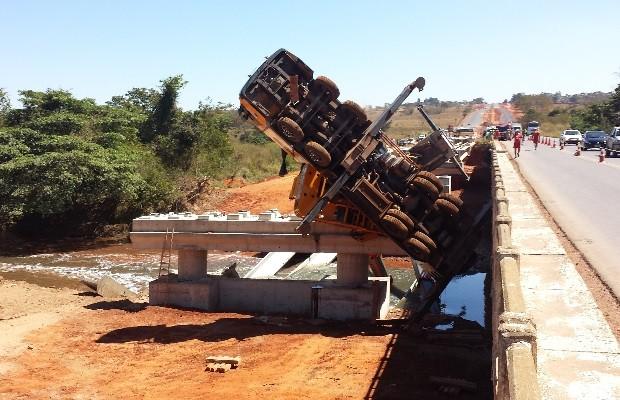 Corpo de operário morto em obra na GO-020 continua preso em ferragens, em Goiânia, Goiás (Foto: Alexandre Cirqueira/TV Anhanguera)