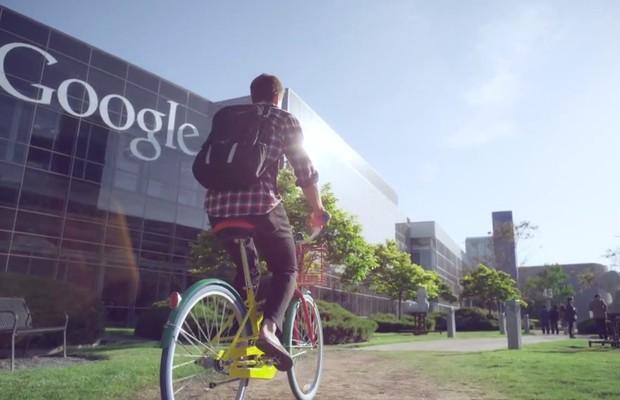 Estagiário chega de bicicleta ao Google (Foto: Reprodução/YouTube)