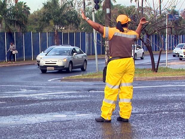 Agentes da Transerp auxiliaram no controle do trânsito na região central (Foto: Paulo Souza/EPTV)