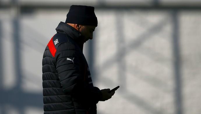 Jorge Sampaoli em treino do Chile antes de decidir futuro de Vidal (Foto: Reuters)