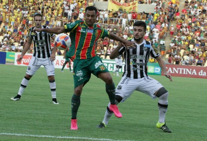 Nadson fez algumas jogadas individuais e chegou a arriscar de fora da área contra o Ceará (Foto: Biaman Prado/O Estado)