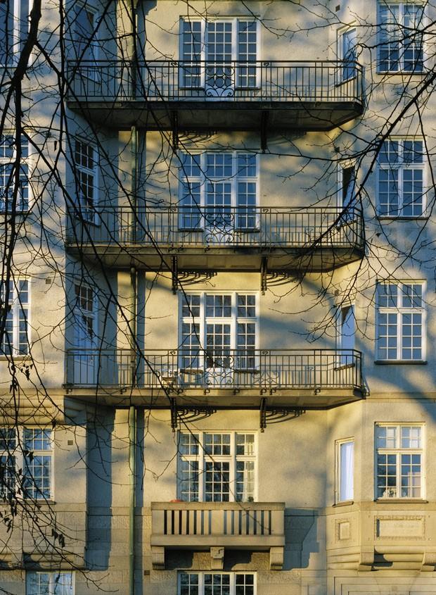 Apartamento colorido usa apenas móveis brancos na decoração (Foto: Åke E:son Lindman.)