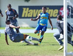 Vitor Junior no treino do Botafogo (Foto: Fernando Soutello / Agif)