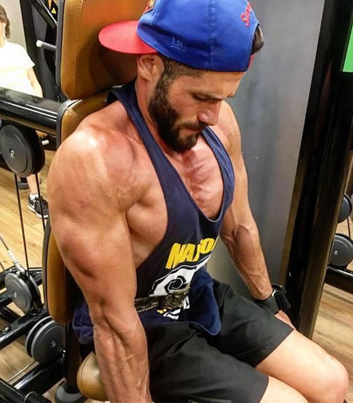 Roni malha bastante e conquistou músculos definidos (Foto: Arquivo pessoal)