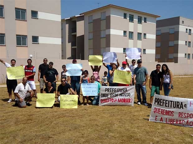 Grupo em frente ao prédio embargado em Campinas (Foto: Gisele Carvalho)