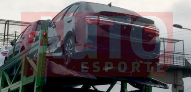 Novo Toyota Corolla XRS flagrado a caminho da concessionária (Foto: Leandro Alvares/Autoesporte)