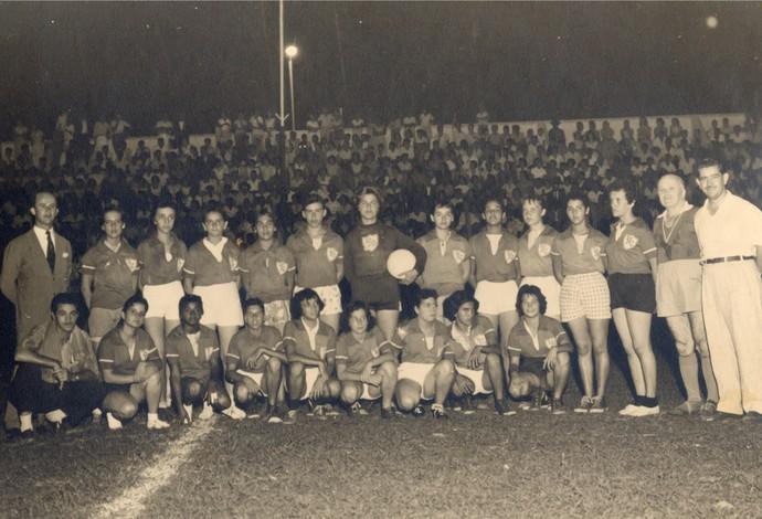 Pioneiras do futebol feminino de Araguari-MG, Araguari Atlético Clube, jogo de estreia em 19/12/1958 (Foto: Antônio Gebhardt)