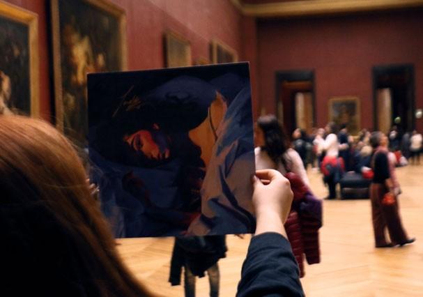 Fã pendura álbum de Lorde no Museu do Louvre, em Paris (Foto: Reprodução/Twitter)
