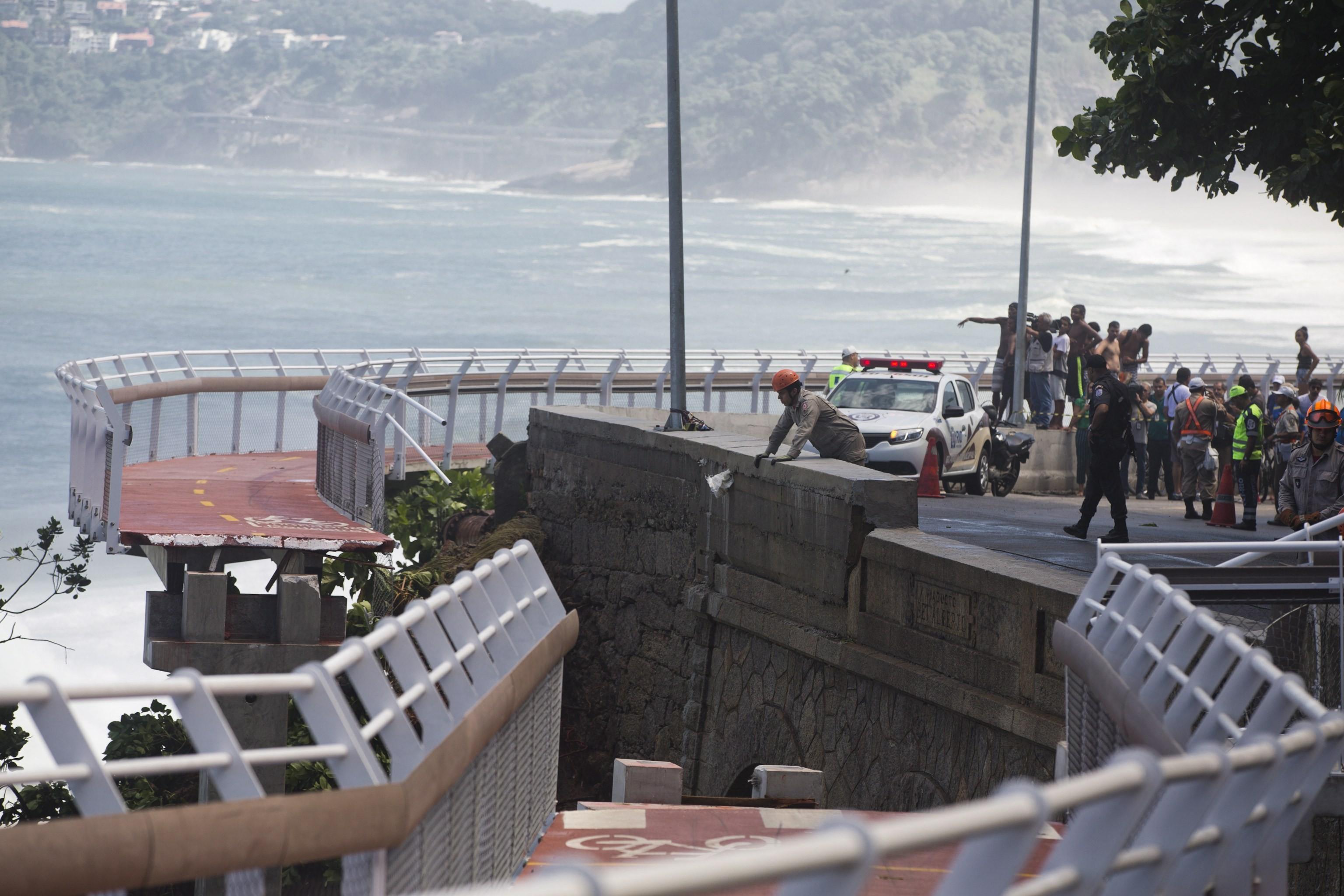 Trecho da ciclovia cedeu, deixando pelo menos dois mortos