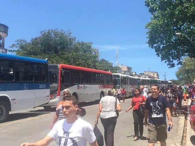 Com o bloqueio no trânsito, passageiros de ônibus tiveram que concluir trajeto a pé (Foto: Carolina Sanches/G1)