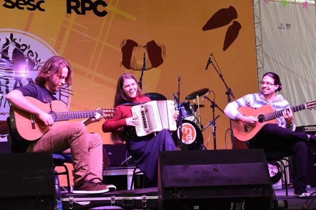 O show de Maryanne Francescon Trio abriu o nosso arraiá com música de primeira qualidade (Foto: Fernando Benega/ RPC)
