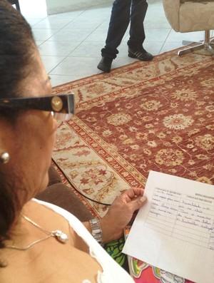 Carta que Dona Iraci guarda do André Santos (Foto: Daniel Teixeira/RBS TV)