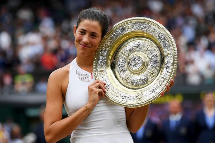 Garbiñe Muguruza levantou troféu de Wimbledon pela primeira vez na carreira (Foto: Shaun Botterill/Getty Images)