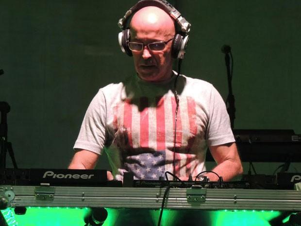 DJ Baiano começou esquentando o público com muita música pop na tenda eletrônica (Foto: Luna Markman/G1)