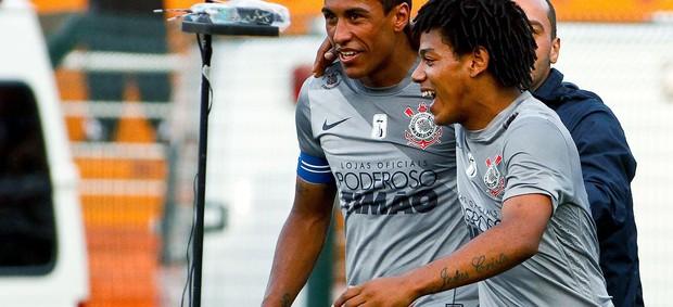 Romarinho e Paulinho comemoram gol do Corinthians contra o Sport (Foto: Daniel Augusto Jr. / Ag. Corinthians)