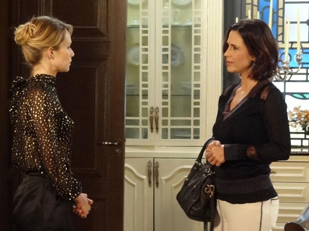 Manoela procura Juliana para um papo legal (Foto: Guerra dos Sexos/TV Globo)