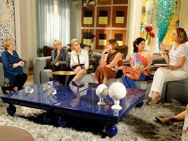 Máslova, Sônia e o grupo de patroas só tem reclamações a respeito das empregadas (Foto: Cheias de Charme / TV Globo)