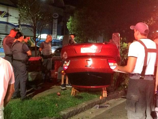 Carro capotou e por pouco não caiu no Canal 5, em Santos, SP (Foto: Gilda Lima/Arquivo Pessoal)