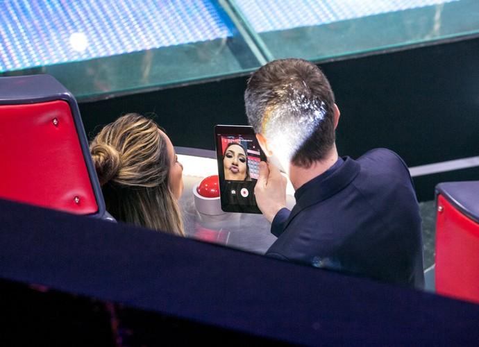 Momento descontração com Tiago Leifert e Claudia Leitte fazendo um vídeo (Foto: Isabella Pinheiro/Gshow)
