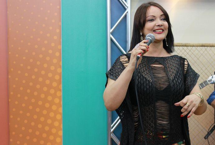 Fátima Silva esbanja alegria nas gravações (Foto: Katiúscia Monteiro/ Rede Amazônica)