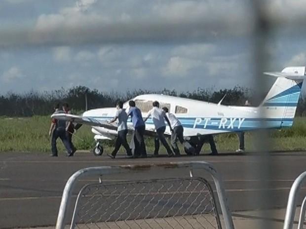 Aeronave foi empurrada por funcionários para ser avaliada (Foto: Reprodução TV TEM)