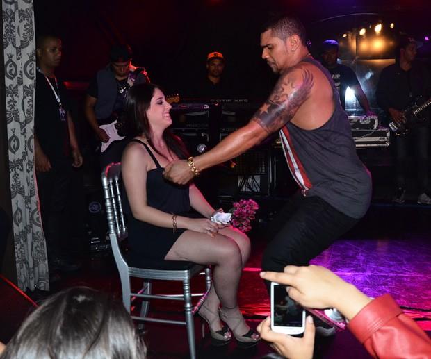 Naldo sensualiza com fã (Foto: Ag.News)