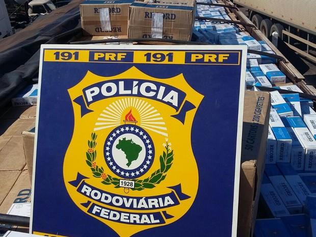Cigarros foram apreendidos em caminhão na BR-153 (Foto: PRF/Divulgação)