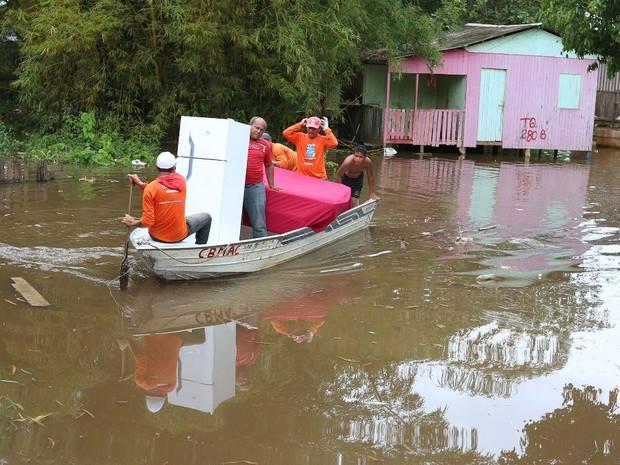 Famílias são retiradas de casas em Rio Branco (Foto: Marcos Vicentti/Prefeitura de Rio Branco)
