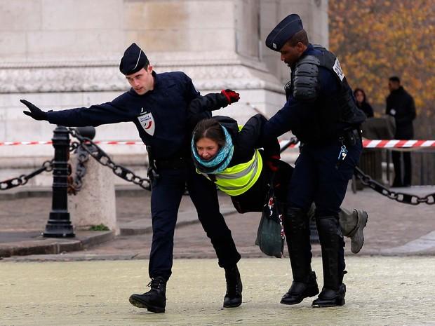 Ativistista do Greenpeace é detida nesta sexta-feira (11) em Paris (Foto: AP Photo/Christophe Ena)