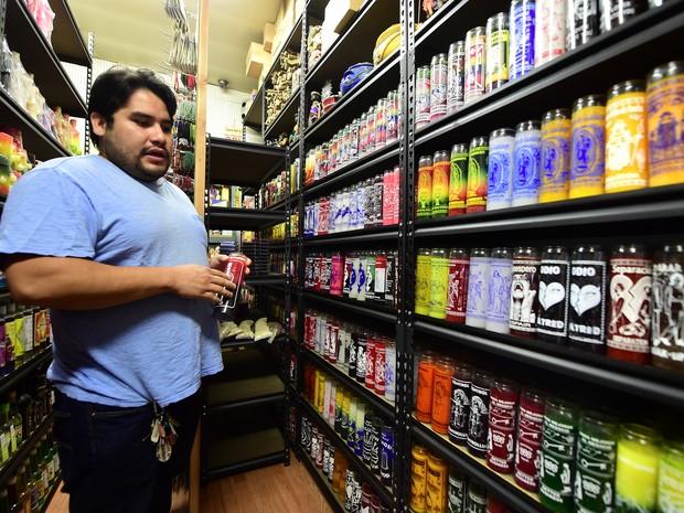 O curandeiro Lázaro Paz mostra os produtos que vende (Foto: Frederic J. Brown / AFP)