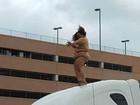 Mulher nua é flagrada dançando em cima da cabine de caminhão nos EUA