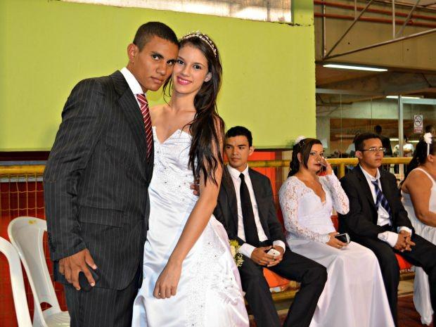 Perla Fernanda Lima, de 17 anos, se casou com William da Silva, de 19 anos (Foto: Caio Fulgêncio/G1)