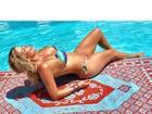 Karina Bacchi posa de biquíni na beira da piscina e mostra o corpão