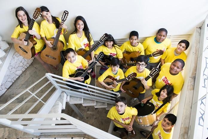 Alunos se apresentam com instrumentos durante evento (Foto: Reprodução / Divulgação)