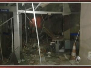 Agência ficou destruída após ação criminosa nesta quarta-feira (2) (Foto: Reprodução/ TV Bahia)
