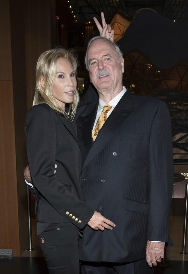 O ator John Cleese com sua atual esposa (Foto: Getty Images)