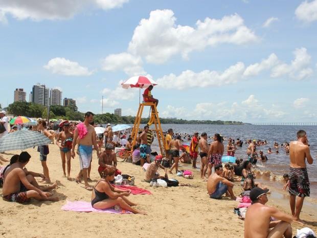 Salva-vidas monitoram área da praia em oitos postos na areia (Foto: Mônica Dias/G1 AM)