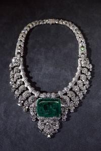 Colar de platina, diamante e esmeralda criado pela Cartier em 1932 (Foto: François Guillot/AFP)