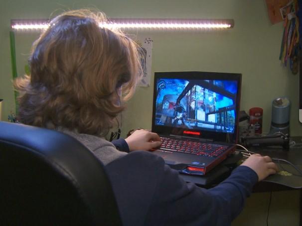 Dedicando um tempo cada vez maior aos jogos e redes sociais, crianças e adolescentes dormem cada vez menos (Foto: Globo)
