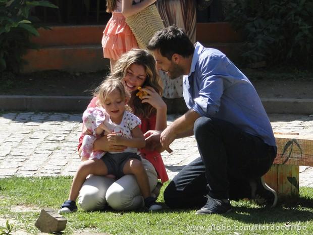 Radiante com a notícia, Ester vai comemorar com a filha e o amado (Foto: Flor do Caribe/TV Globo)