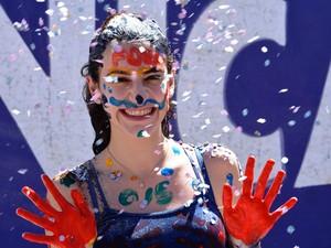 Caloura é recebida com brincadeira durante matrícula na Unicamp (Foto: Fernando Pacífico / G1 Campinas)