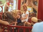 Priscila Fantin brinca com o filho em carrossel
