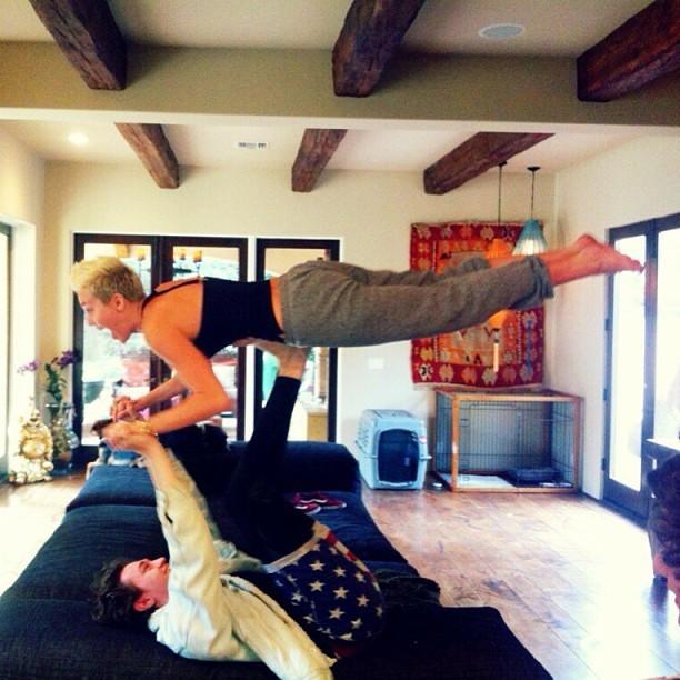 Milye Cyrus é levantada por um amigo (Foto: Reprodução/Instagram)