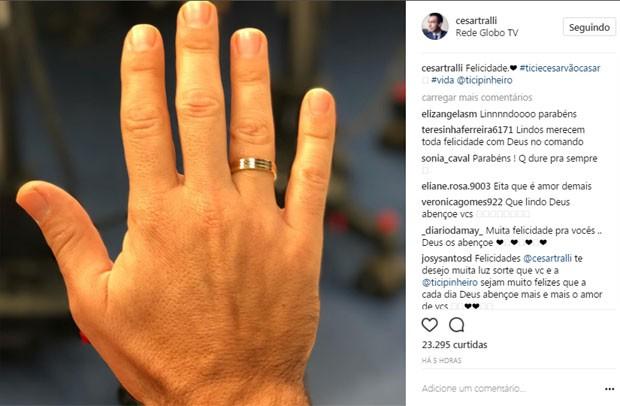 Cesar Tralli exibe aliança de noivado (Foto: Reprodução)